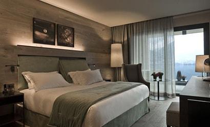 Des Chambres Élégantes avec Vue sur le Lac  à l'hôtel Filario Hotel & Residences 4*